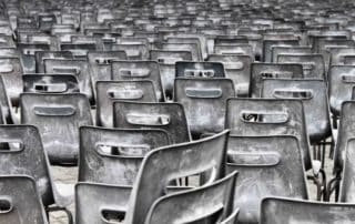Rêver de chaises en plastique