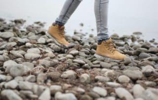 Rêver de marcher sur des cailloux